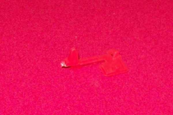 CORGI TOYS 270 007 Aston martin red plastic seat retainer (holds seat down to fire)